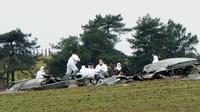 Les enquêteurs le 10 novembre 2012 au milieu des débris de l'avion algérien qui s'est écrasé à Trélans en Lozère [Sylvain Thomas / AFP]