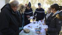Des gendarmes et des volontaires examinent des cartes le 12 novembre 2012 à Barjac lors de recherches pour retrouver une adolescente disparue [Boris Horvat / AFP]