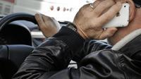 Un homme téléphone tout en conduisant sa voiture [Jean-Philippe Ksiazek / AFP/Archives]