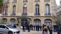 Des policiers bloquent l'entrée du Centre d'analyse stratégique (CAS) pendant son occupation par des mal-logés, le 15 novembre 2012 à Paris [Miguel Medina / AFP]
