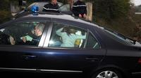 La mère de Chloé protège des photographes sa fille, à son retour le 17 novembre 2012 à Barjac, dans le Gard [Pascal Guyot / AFP]