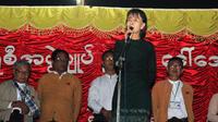 Aung San Suu Kyi, en médiatrice du conflit autour d'une mine de cuivre exploitée par un groupe chinois, le 29 novembre 2012 à Monywa, en Birmanie [Soe Than Win / AFP]