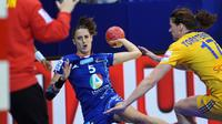 L'internationale française Camille Ayglon (c) à la lutte avec la Suédoise Linnea Torstensson (d) lors de l'Euro-2012 de handball, le 8 décembre à Nis (Serbie) [Andrej Isakovic / AFP]
