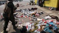 Un militaire prend une photo des lieux de la bousculade mortelle à Abidjan, le 1er janvier 2013 [Herve Sevi / AFP]