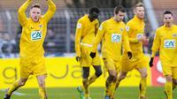 Le milieu de terrain Valentin Focki (g) du club d'Epinal (3e division) célébrant son but lors du 32e de finale de Coupe de France contre Lyon, le 6 janvier 2013 [Sebastien Bozon / AFP]