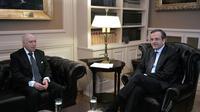 L'envoyé spécial des Nations Unies Matthew Nimetz (g) et le Premier ministre grec Antonis Samaras (d) à Athènes, le 9 janvier 2013 [Louisa Gouliamaki / AFP]