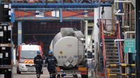 Des employés de l'usine Lubrizol de Rouen inspectent le site après une fuite de gaz, le 22 janvier 2013 [Charly Triballeau / AFP/Archives]