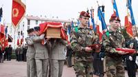 Les soldats portent le cercueil de Patrice Rebout, un des deux militaires mort lors de l'opération en Somalie, le 24 janvier 2013 à Perpignan [Raymond Roig / AFP]