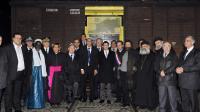 Manuel Valls (c), l'imam de Drancy Hassen Chalghoumi (à la droite du ministre) et d'autres responsables religieux posent devant le memorial de la Shoah à Drancy, le 4 février 2013 [Mehdi Fedouach / AFP]