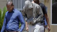 Oscar Pistorius, escorté par des policiers, quitte le commissariat de police pour être mis en détention, le 14 février 2013 à Pretoria [ / AFP]