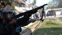 Des policiers du Bangladesh tirent des balles en caoutchouc lors d'une manifestation après la condamnation d'un opposant, à Dacca, le 28 février 2013 [ / AFP]