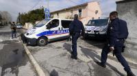 Des policiers devant la maison où deux jeunes gens ont été arrêtés le 7 mars 2013 au matin, à Marignane [Gerard Julien / AFP/Archives]