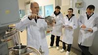 Le professeur Frédéric Sannier (g) et ses étudiants le 7 mars 2013 à La Rochelle [Xavier Leoty / AFP]