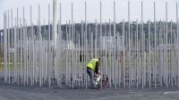 Un employé municipal enlève des débris après la dégradation d'un monument en mémoire aux victimes de l'explosion de l'usine AZF à Toulouse, le 22 mars 2013 [Remy Gabalda / AFP]