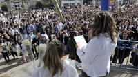 Des lycéens rendent homage à Sylvain poignardé en cours, le 25 mars 2013 à Blaye (Gironde) [Mehdi Fedouach / AFP]
