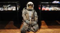 Une combinaison de cosmonaute vendue aux enchères à la maison de ventes Cornette de Saint Cyr à Paris, le 25 mars 2013 [Pierre Andrieu / AFP]