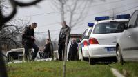 Des policiers serbes sur les lieux de la tuerie qui a fait 13 morts, dans le village de Velika Ivanca, au sud de Belgrade, le 9 avril 2013 [Andrej Isakovic / AFP]