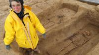 Cécile Paresys, archéologue de l'Inrap, pose près des squelettes de deux Gaulois, découverts dans une nécropole à Buchères, le 11 avril 2013 [Francois Nascimbeni / AFP]