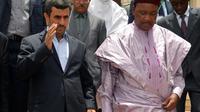 Les présidents nigérien Mahamadou Issoufou (d) et iranien Mahmoud Ahmadinejad (g) le 16 avril 2013 à Niamey [Boureima Hama / AFP]