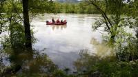 Des sapeurs-pompiers participent, le 1er mai 2013, aux recherches pour retrouver un enfant noyé dans une rivière à Saint-Rambert d'Albon dans la Drôme [Philippe Desmazes / AFP]
