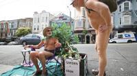 George Davis et Woody Miller, deux naturistes, discutent à Castro, à San Francisco, le 16 septembre 2011 [Kimihiro Hoshino / AFP/Archives]