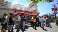 Des centaines de personnes se sont retrouvées mercredi à manger du poulet pour soutenir les restaurants de la chaîne américaine Chick-Fil-A, au centre d'une controverse depuis les déclarations anti-mariage homosexuel de son dirigeant.[AFP]