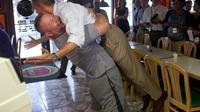 Après avoir, dans un élan d'enthousiasme, soulevé le président des Etats-Unis Barack Obama, le propriétaire d'une pizzeria d'une petite localité de Floride a déclenché une avalanche de réactions, plus politiques que culinaires, sur le site de bons plans Yelp. [AFP]