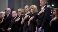 Carol Armstrong (2e à g), l'épouse de Neil Armstrong et d'autres proches lors d'une cérémonie à la cathédrale nationale de Washington, le 13 septembre 2012 [Evan Vucci / Pool/AFP]