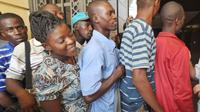 Des Haïtiens font la queue devant l'ambassade du Brésil à Port-au-Prince le 9 octobre 2012 [Thony Belizaire / AFP]