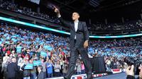 Le président américain Barack Obama salue la foule lors d'un meeting dans l'Ohio, le 5 novembre 2012 [Jewel Samad / AFP]