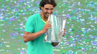 Rafael Nadal tient le trophée du tournoi d'Indian Wells, en Californie, le 17 mars 2013 [Frederic J. Brown / AFP]