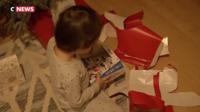 Après avoir déballé les cadeaux de Noël, un nouveau cérémonial débute : les enfants apprennent à utiliser leurs nouveaux jouets.