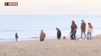 Sur la plage de Malo-les-Bains (Nord), certains testent leurs jouets fraîchement déballés, pendant que d'autres jouent dans le sable.