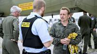 Peter Madsen parle à un policier à Dragoer Harbor au sud de Copenhague le 11 août 2017 [Bax Lindhardt / Scanpix Denmark/AFP/Archives]