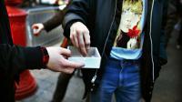 Des épingles à nourrice sont distribuées comme un signe de solidarité lors d'une manifestation contre l'élection de Trump, le 12 novembre à New York [KENA BETANCUR / AFP]