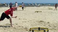 Un homme joue au Spikeball sur la plage de Point Pleasant, dans le New Jersey, le 28 juillet 2018  [Thomas URBAIN / AFP Photo]