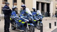 Des gendarmes devant le Palais de justice de Nîmes en décembre 2012 [Pascal Guyot / AFP/Archives]