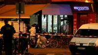 """Les enquêteurs à """"La Belle Equipe"""" après l'attaque terroriste le 14 novembre 2016 à Paris  [JACQUES DEMARTHON / AFP/Archives]"""