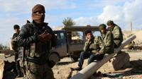 Des combattants des Forces démocratiques syriennes (FDS), dans le village de Baghouz, dans la province syrienne de Deir Ezzor, près de la frontière avec l'Irak, le 2 février 2019    [DELIL SOULEIMAN / AFP]