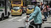 Un cycliste de Medellin en Colombie porte un masque pour se protéger de la pollution, le 7 mars 2018 [STR / AFP/Archives]