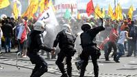 Des policiers anti-émeutes affrontent des manifestants opposés aux réformes du président Michel Temer, à Brasilia, le 24 mai 2017 [EVARISTO SA / AFP]