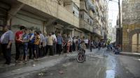 Des Syriens font la queue pour acheter du pain à Alep le 12 juillet 2016 [KARAM AL-MASRI / AFP/Archives]