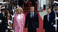 Emmanuel Macron et Brigitte Macron débarquent de l'avion présidentiel français à la Base Andrews dans le Maryland, le 23 avril 2018 [Brendan Smialowski / AFP]