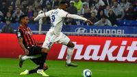 L'attaquant de Lyon Moussa Dembélé (d) tente d'échapper au défenseur niçois Christophe Hérelle, le 23 novembre 2019 à Décines-Charpieu   [JEAN-PHILIPPE KSIAZEK / AFP]