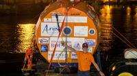 Jean-Jacques Savin à côté de son tonneau, à bord d'un remorqueur, à son arrivée à Fort-de-France, le 9 mai 2019 en Martinique [Lionel CHAMOISEAU / AFP]