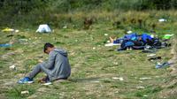 Des migrants se reposent près du port de Calais, dans le nord de la France, le 16 août 2017 [PHILIPPE HUGUEN / AFP/Archives]