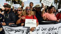 De Tunisiens, en majorité des femmes, défilent à Tunis pour réclamer l'égalité des sexes en matière d'héritage, le 10 mars 2018  [FETHI BELAID / AFP]
