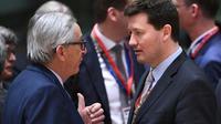 Le président de la Commission européenne Jean-Claude Juncker (G) avec l'allemand Martin Selmayr (D), nommé nommé dans des conditions controversées au sommet de l'administration européenne, ici à Bruxelles le 22 mars 2018 [Emmanuel DUNAND / AFP/Archives]