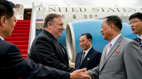 Le secrétaire d'Etat américain Mike Pompeo (g) est accueilli par son homologue nord-coréen Ri Yong Ho (2e d) et par Kim Yong Chol (c), le bras droit de Kim Jong Un, à son arrivée à l'aéroport de Pyongyang, le 6 juillet 2018 en Corée du Nord [Andrew Harnik / POOL/AFP]