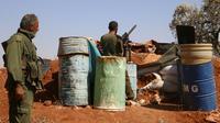 Des rebelles syriens postés à une barricade dans un lieu non précisé de la province d'Idleb, menacée d'un assaut du régime, le 5 septembre 2018 [Aaref WATAD / AFP]